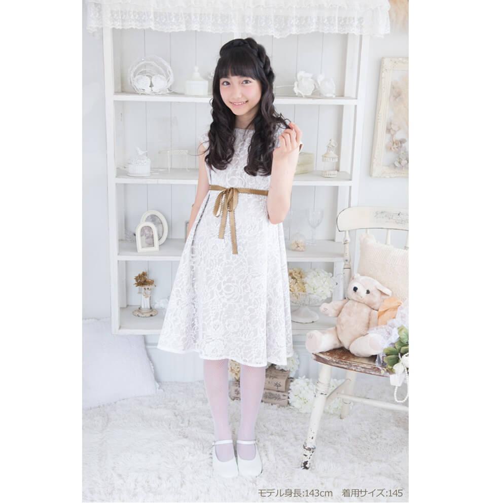白のレースが上品で優しい印象のドレス