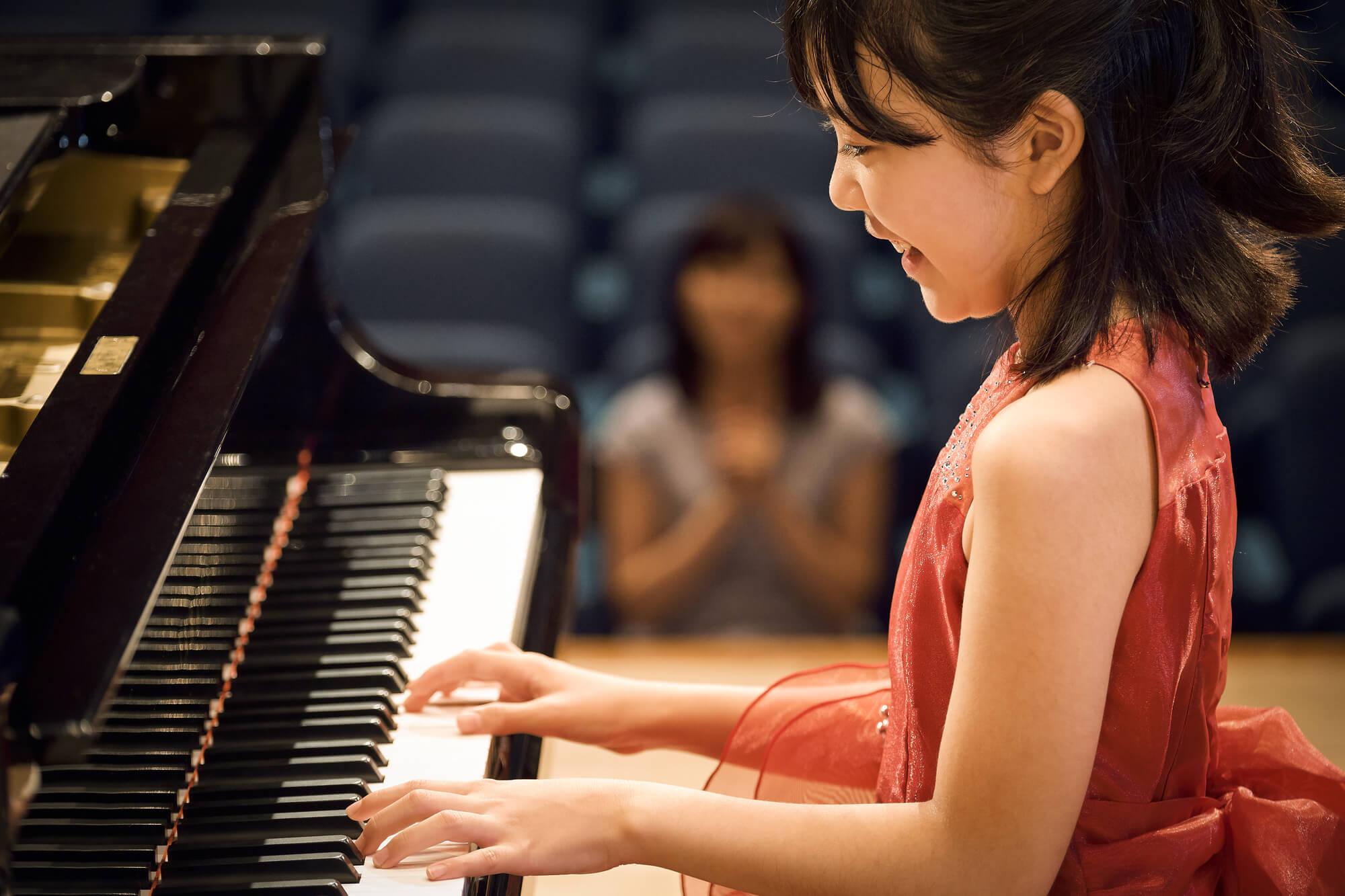 ピアノ発表会の服装♪子供から母親までおすすめのドレスレンタル